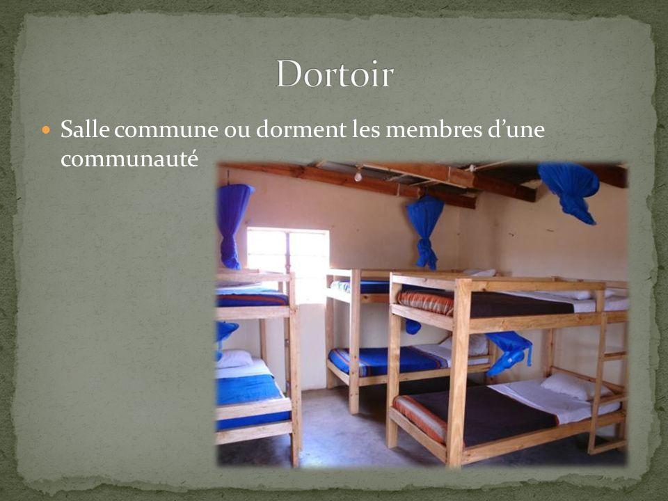 Salle commune ou dorment les membres dune communauté
