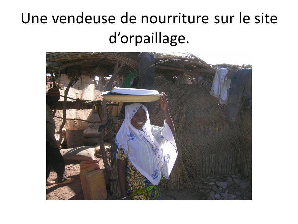 Une vendeuse de nourriture sur le site dorpaillage.