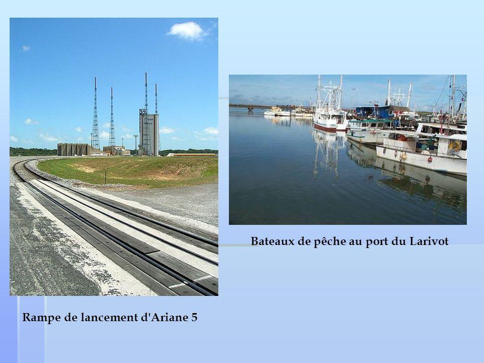 Rampe de lancement d'Ariane 5 Bateaux de pêche au port du Larivot