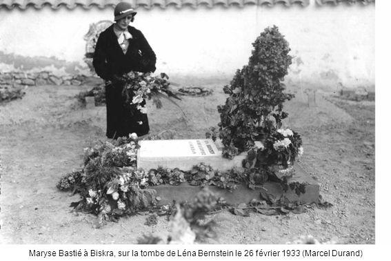Maryse Bastié à Biskra, sur la tombe de Léna Bernstein le 26 février 1933 (Marcel Durand)