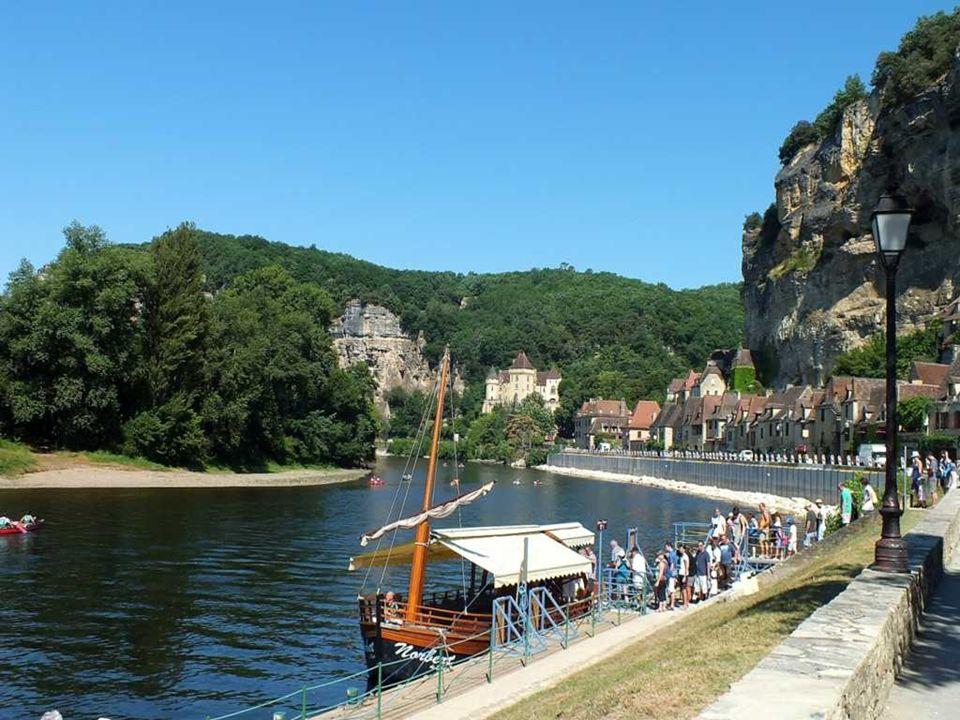 Au Moyen Âge, La Roque Gageac comptait 1 500 habitants. À l'époque, la Dordogne faisait vivre pêcheurs et gabariers du port. De cette période demeure