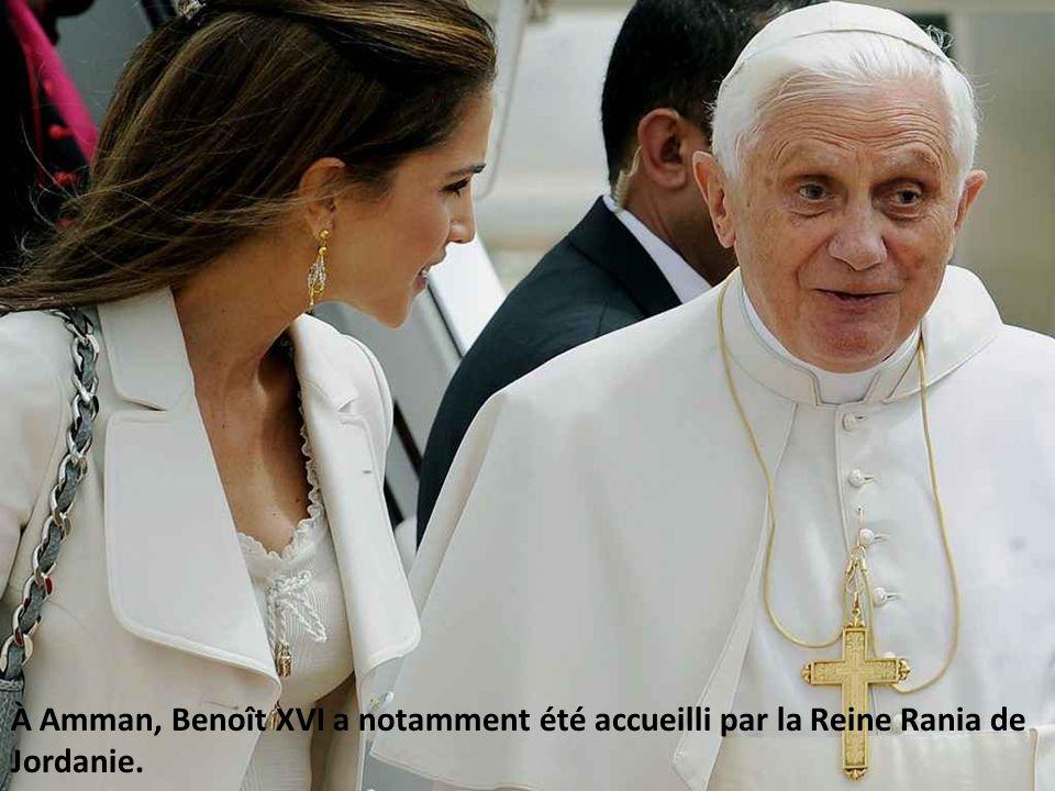 À Amman, Benoît XVI a notamment été accueilli par la Reine Rania de Jordanie.
