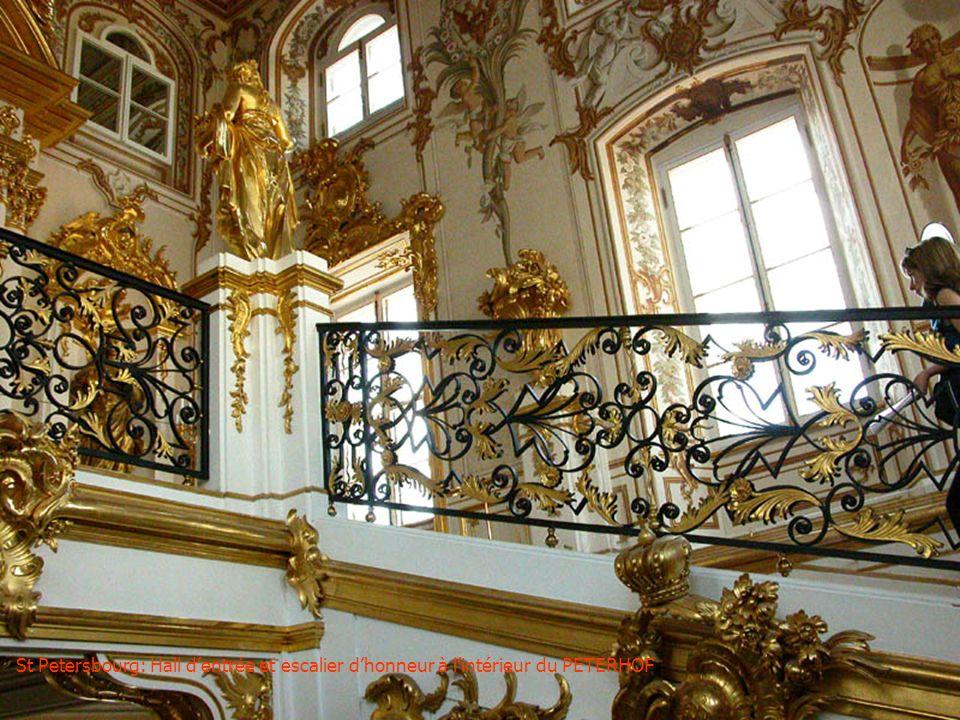 St Petersbourg: Un coin du grand jet deau du PETERHOF (palais de Pierre le Grand)