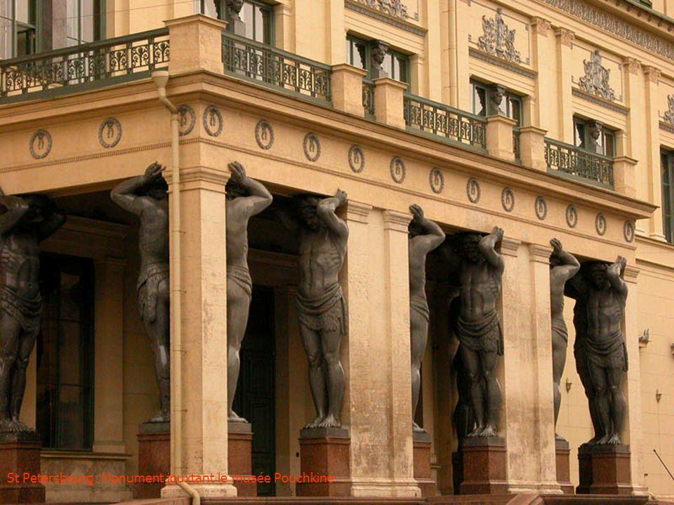 Tsarskoé Sélo: Architecture extérieure du palais DElisabeth et de Catherine II
