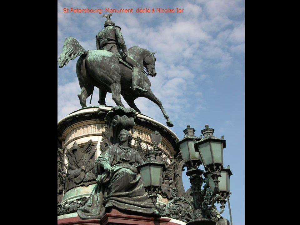 St Petersbourg: Un beau monument parmi tant dautres