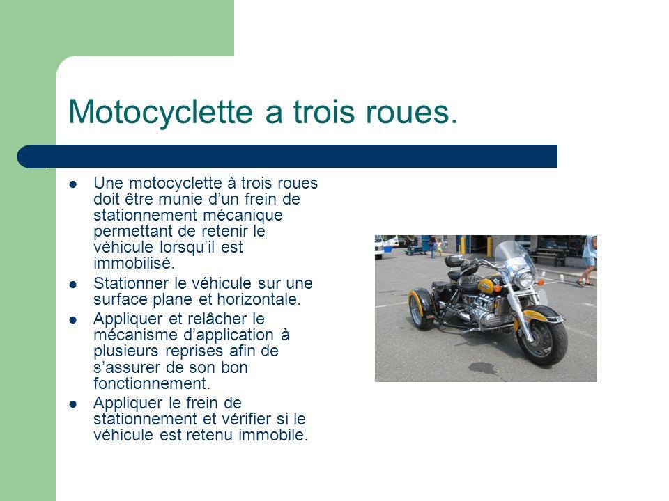 Motocyclette a trois roues. Une motocyclette à trois roues doit être munie dun frein de stationnement mécanique permettant de retenir le véhicule lors