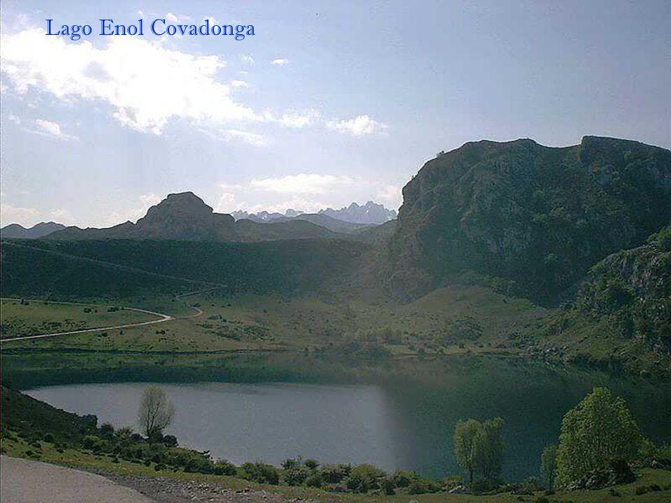 Covadonga et lac la Ercina (1106m). A partir du sanctuaire, une route de 12 kilomètres monte vers les hauts plateaux des Picos de Europa, une route ma