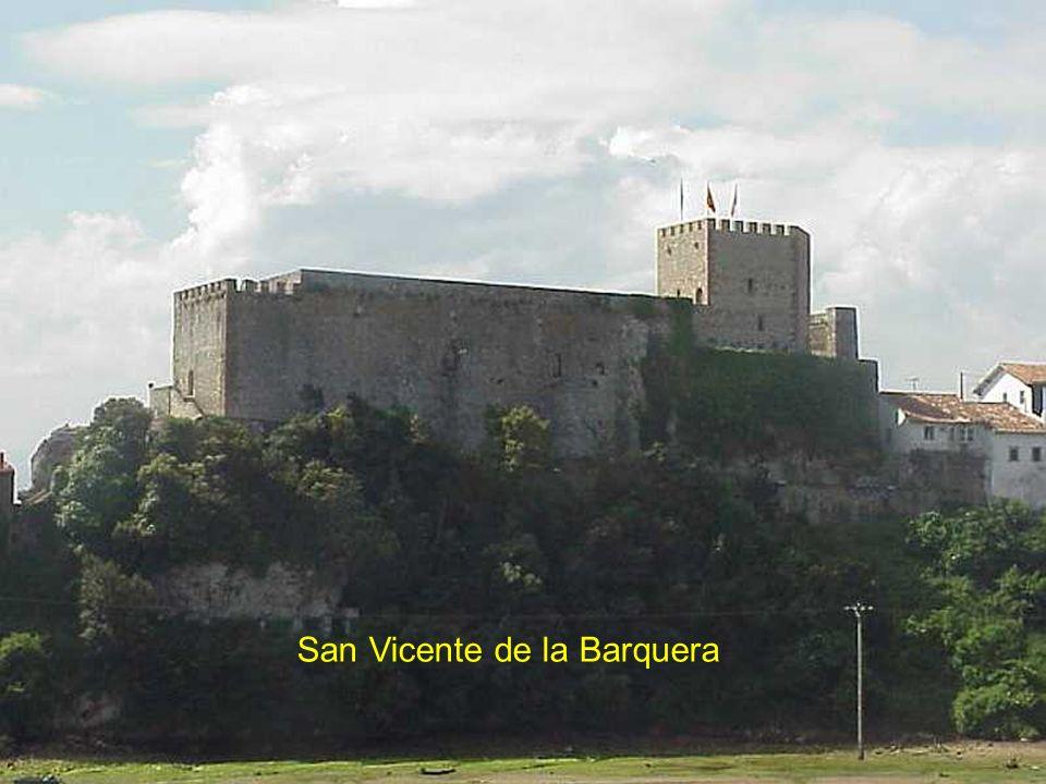 Retour par la côte Cantabrique San Vicente de la Barquera,point de passage pour les pèlerins de St Jacques de Compostel empruntant la route côtière. É