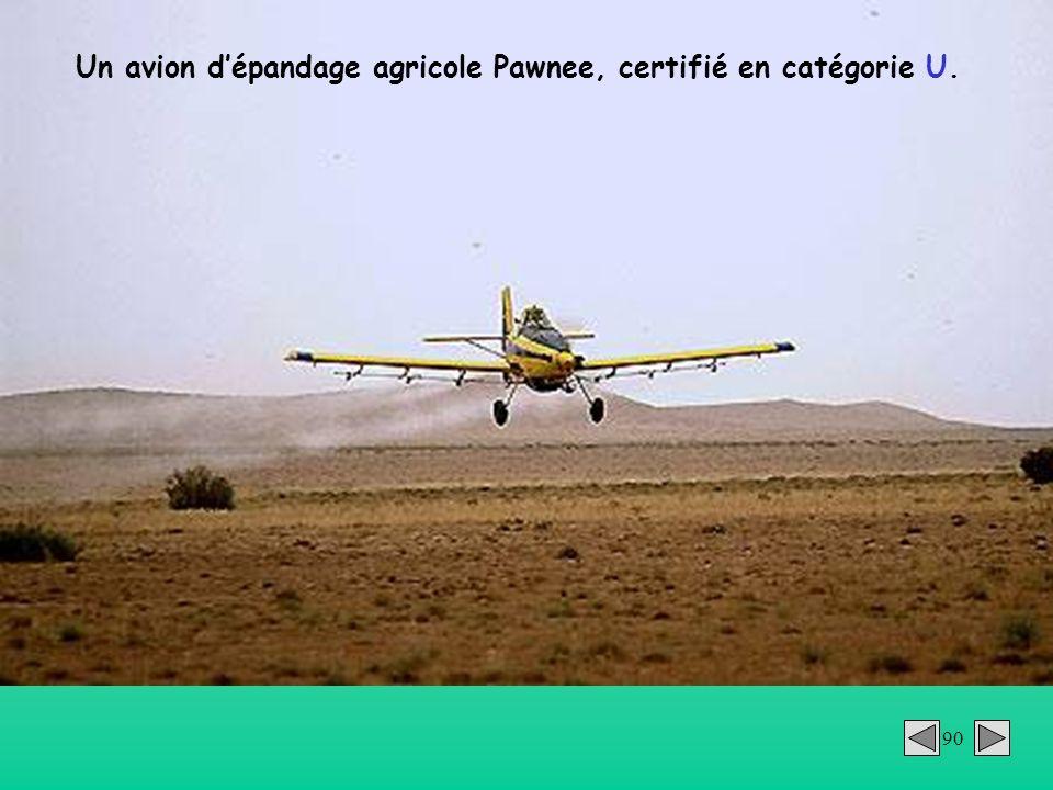 90 Un avion dépandage agricole Pawnee, certifié en catégorie U.