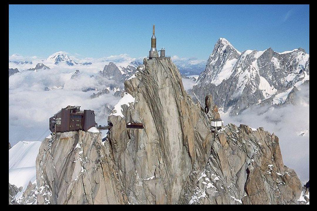 Le sommet de lAiguille comporte une plateforme dobservation panoramique, une cafétéria et une boutique de souvenirs.