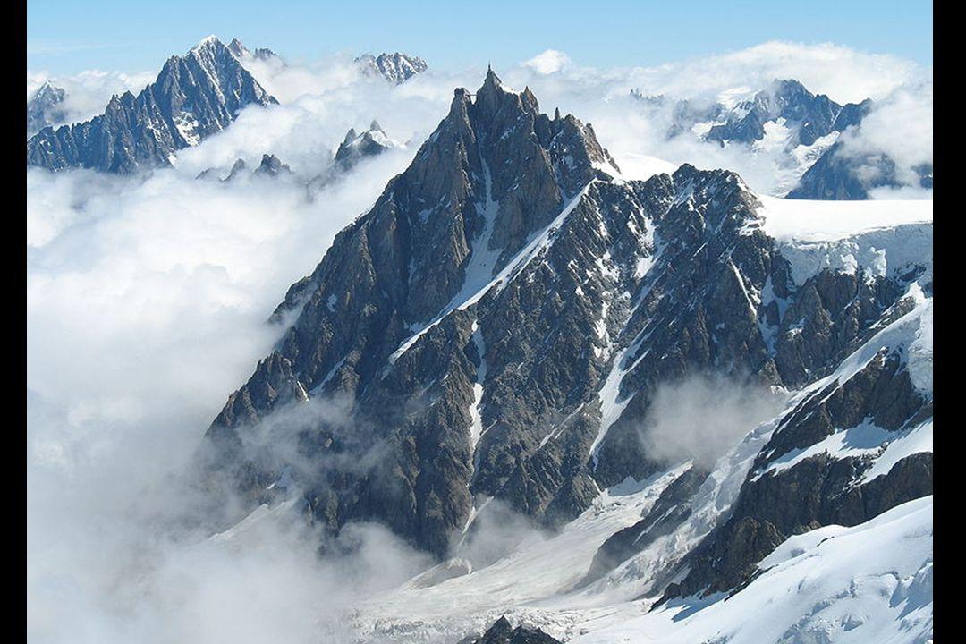 LAiguille du Midi (3 842 m) est située dans le massif du Mont Blanc, dans les Alpes françaises.