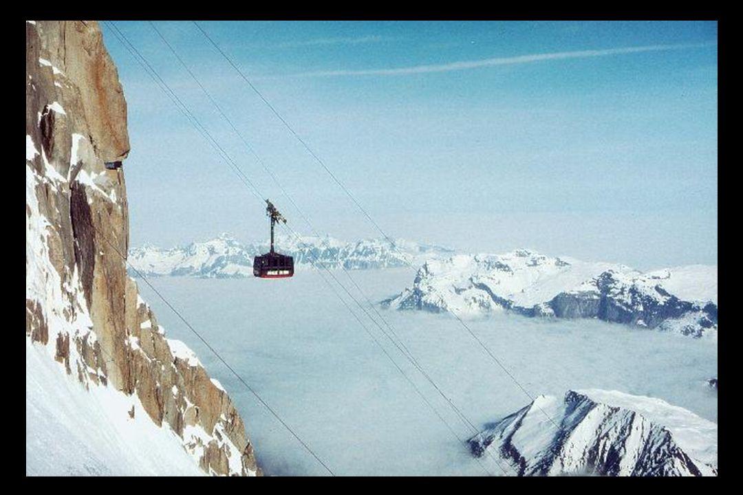 Le téléphérique de lAiguille du Midi a été construit en 1955 et a obtenu le titre de plus haut téléphérique du monde pendant deux décennies.