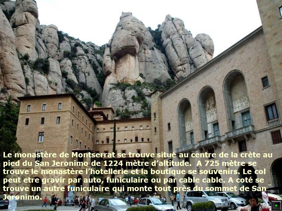 Le monastère de Montserrat se trouve situé au centre de la crète au pied du San Jeronimo de 1224 mètre daltitude.