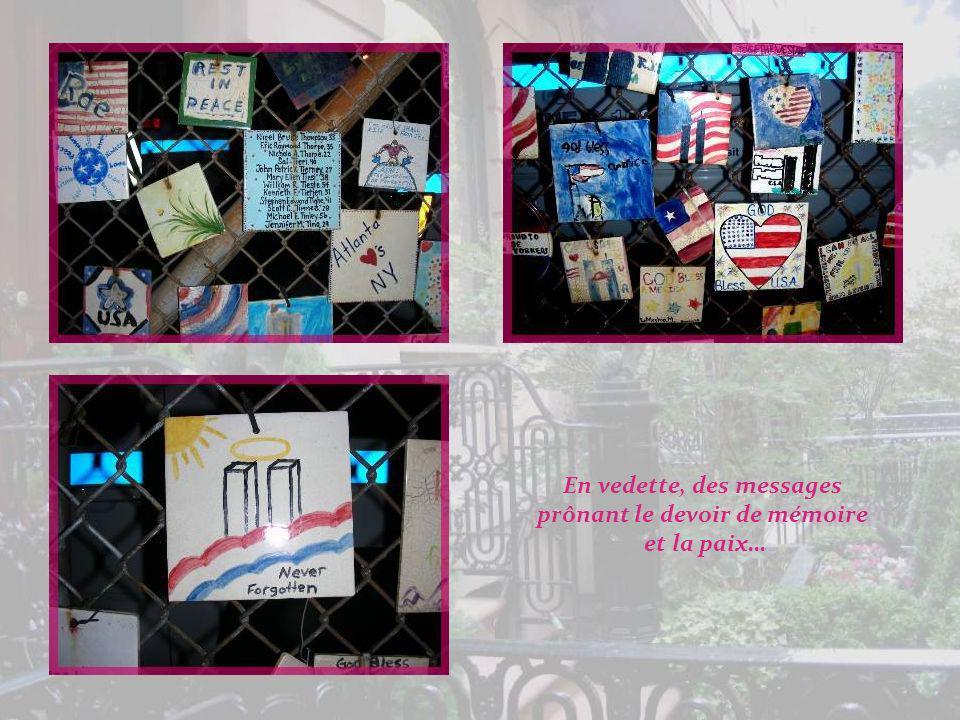 Notre promenade sachève! Les Tiles for America, à la limite du Village, ont été réalisées par des enfants et accrochées sur ce grillage en mémoire du