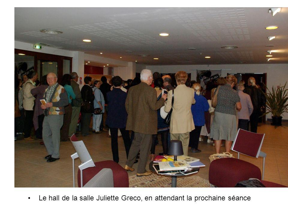 Le hall de la salle Juliette Greco, en attendant la prochaine séance