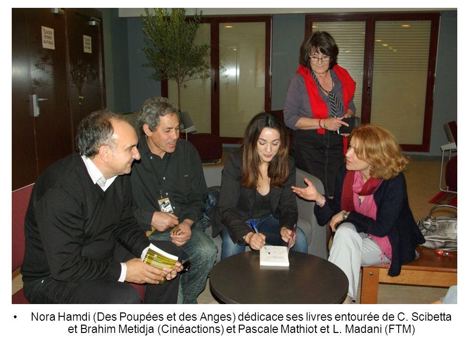 Nora Hamdi (Des Poupées et des Anges) dédicace ses livres entourée de C. Scibetta et Brahim Metidja (Cinéactions) et Pascale Mathiot et L. Madani (FTM