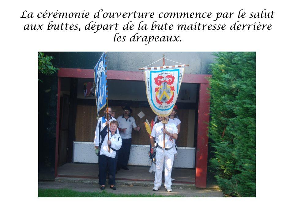 La cérémonie douverture commence par le salut aux buttes, départ de la bute maitresse derrière les drapeaux.