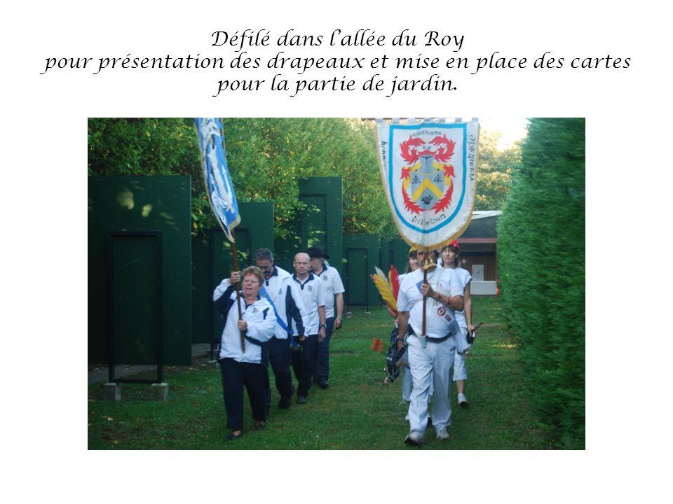 Défilé dans lallée du Roy pour présentation des drapeaux et mise en place des cartes pour la partie de jardin.
