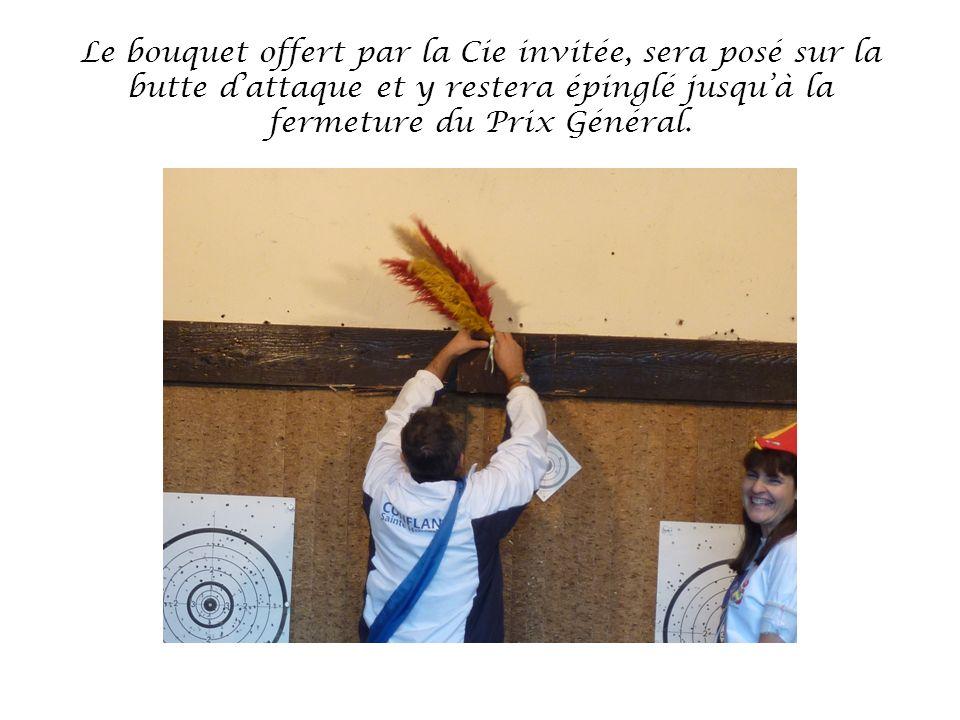 Le bouquet offert par la Cie invitée, sera posé sur la butte dattaque et y restera épinglé jusquà la fermeture du Prix Général.