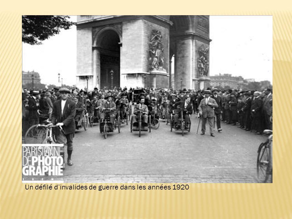 Un défilé dinvalides de guerre dans les années 1920