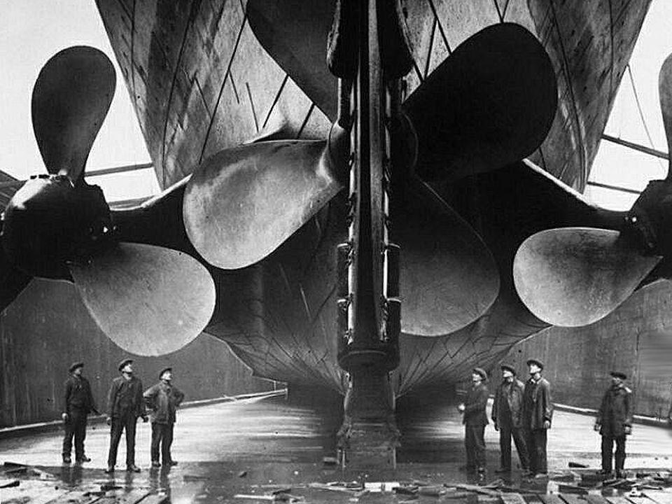 3 hélices: la centrale de 4 pales avec un diamètre de 5 metres est mue par une turbine Parsons. Les deux latérales étaient munies de 3 pales, avec un