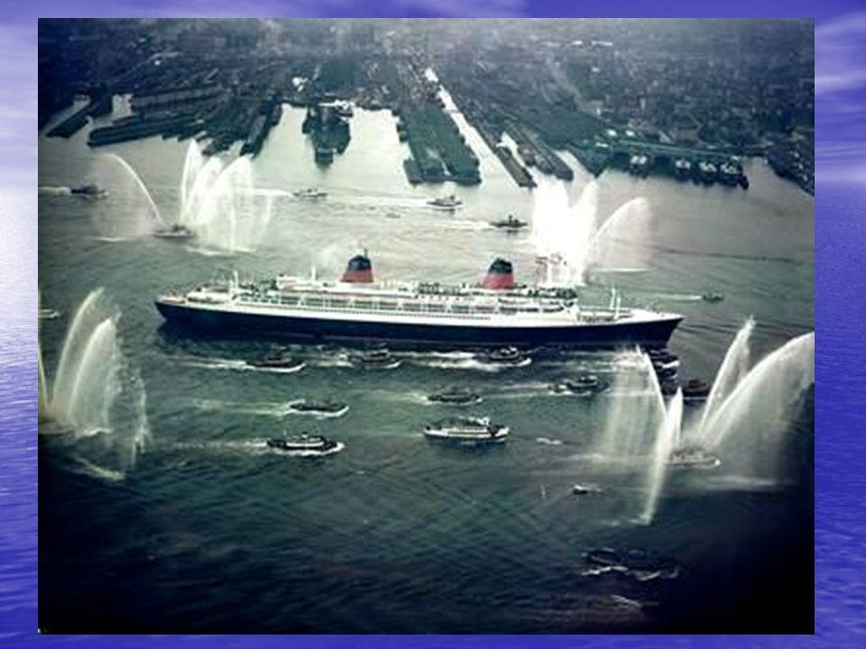 Après cinq jours de mer, le France arrive à New York. Il est accueilli par une nuée de remorqueurs, de bateaux-pompes, d'embarcations privées, d'hélic