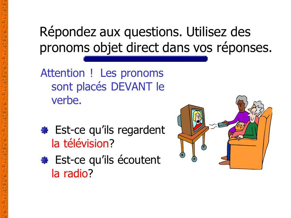 Répondez aux questions. Utilisez des pronoms objet direct dans vos réponses. Attention ! Les pronoms sont placés DEVANT le verbe. Est-ce quils regarde