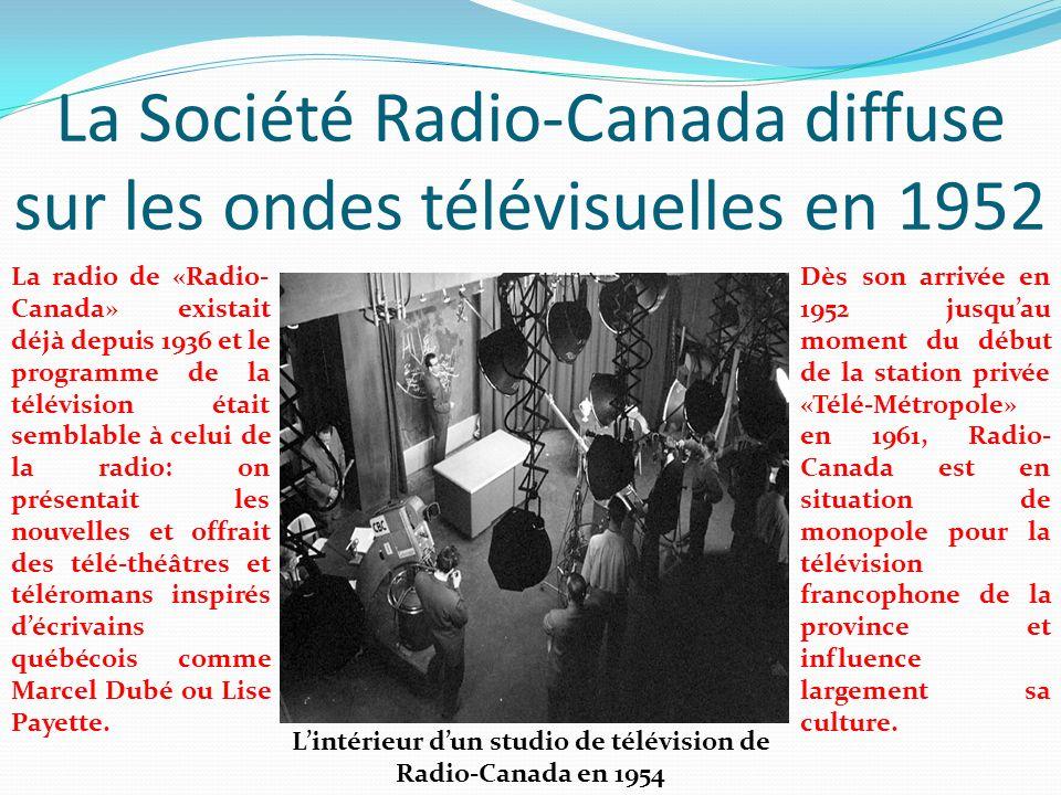 La Société Radio-Canada diffuse sur les ondes télévisuelles en 1952 Lintérieur dun studio de télévision de Radio-Canada en 1954 Dès son arrivée en 195