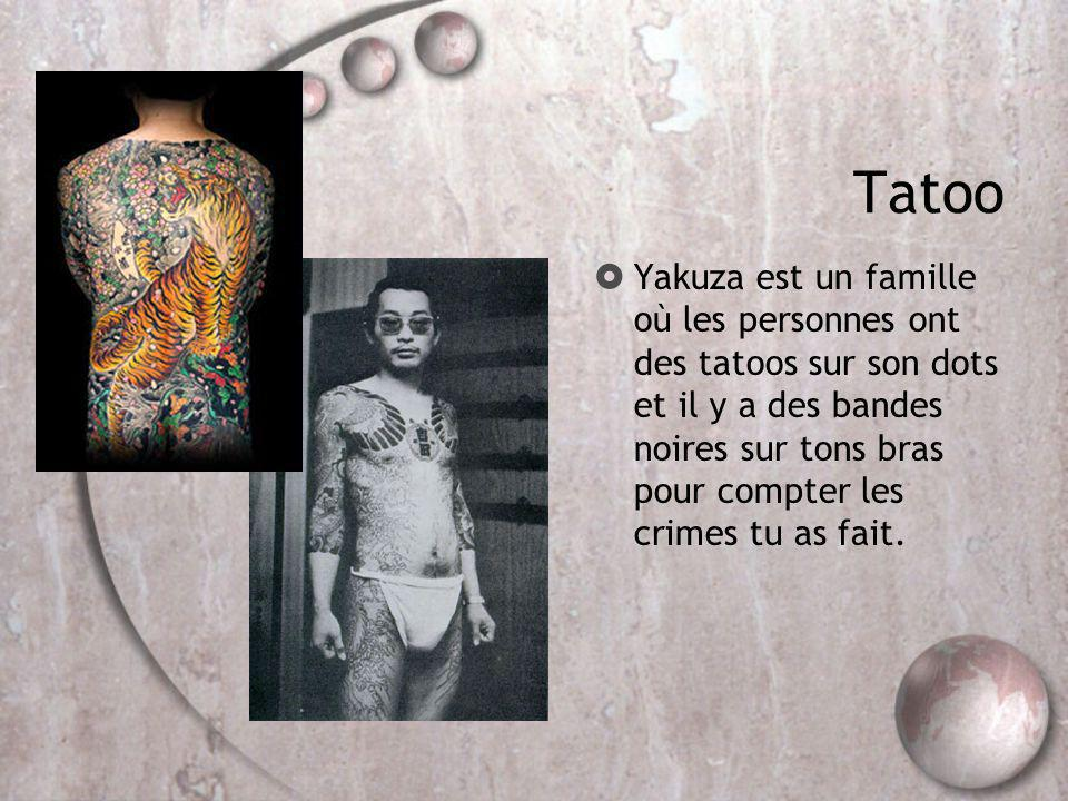 Tatoo Yakuza est un famille où les personnes ont des tatoos sur son dots et il y a des bandes noires sur tons bras pour compter les crimes tu as fait.