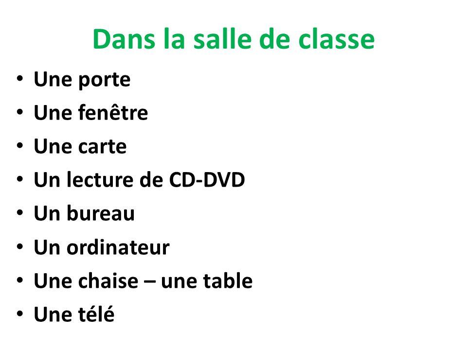 Dans la salle de classe Une porte Une fenêtre Une carte Un lecture de CD-DVD Un bureau Un ordinateur Une chaise – une table Une télé