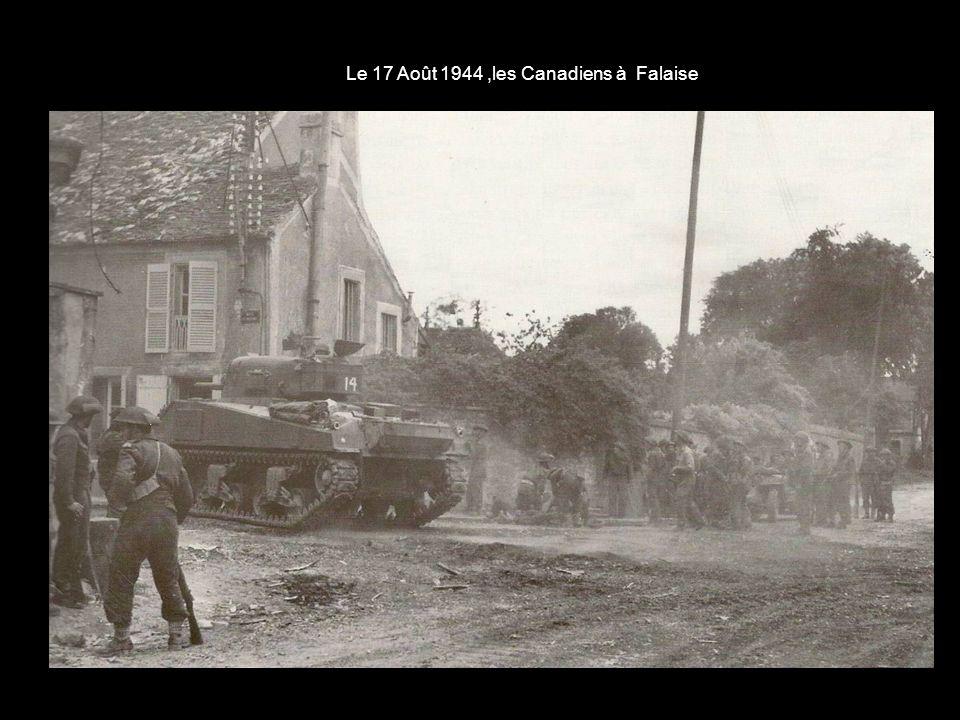 Le 16 Août 1944 - au retour, nous traversâmes Flers libéré Rues dégagées aux bulldozers