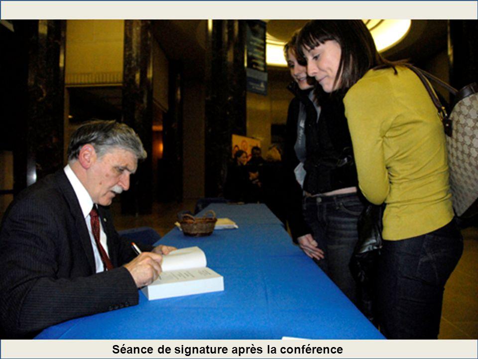 Séance de signature après la conférence