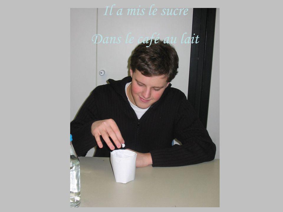 Il a mis le lait Dans la tasse de café