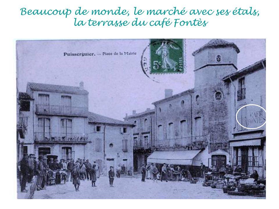 Beaucoup de monde, le marché avec ses étals, la terrasse du café Fontès
