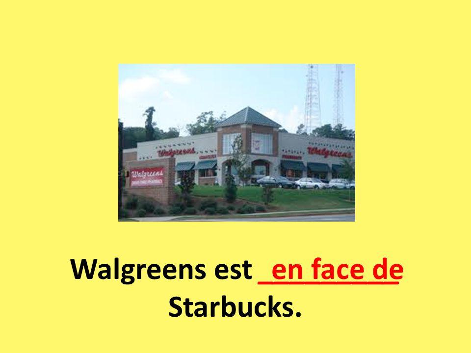 Walgreens est _________ Starbucks. en face de