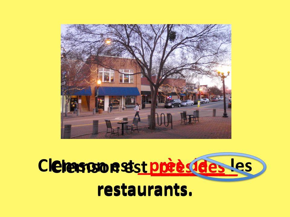 Clemson est _________ les restaurants. près de près des Clemson est _________ restaurants.