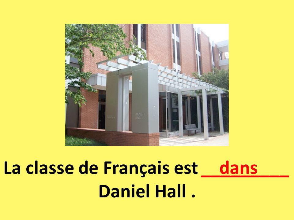 La classe de Français est _________ Daniel Hall. dans