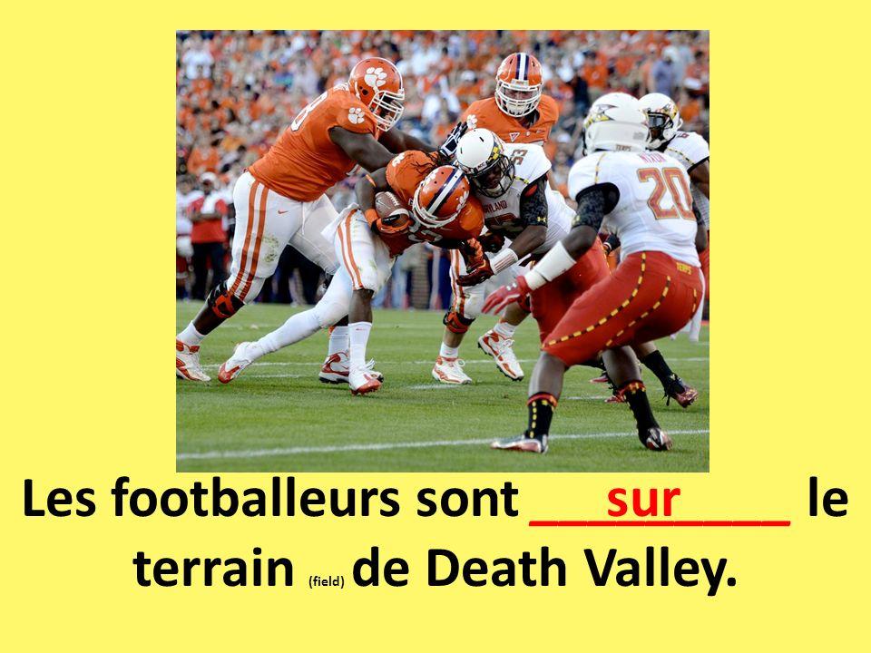 Les footballeurs sont _________ le terrain (field) de Death Valley. sur