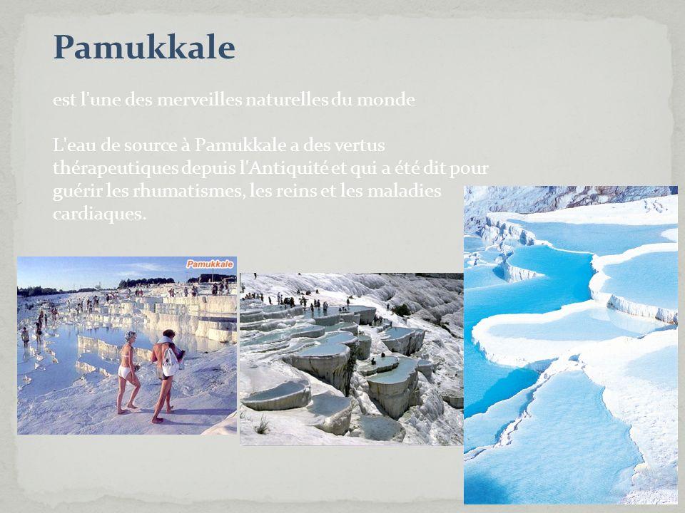 Pamukkale est l'une des merveilles naturelles du monde L'eau de source à Pamukkale a des vertus thérapeutiques depuis l'Antiquité et qui a été dit pou