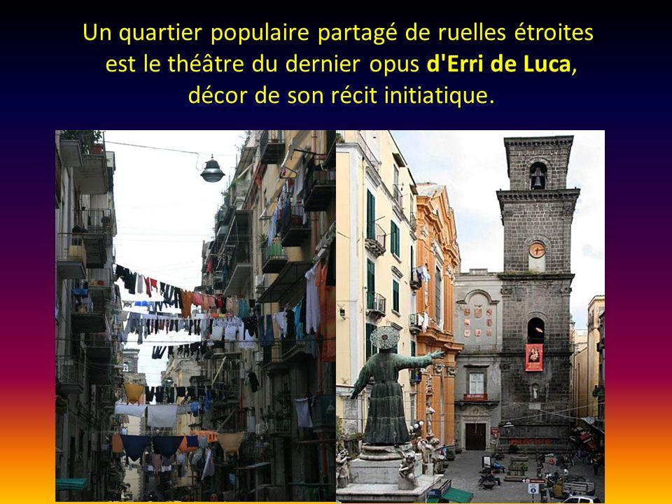 Un quartier populaire partagé de ruelles étroites, est le théâtre du dernier opus d Erri de Luca, décor de son récit initiatique.