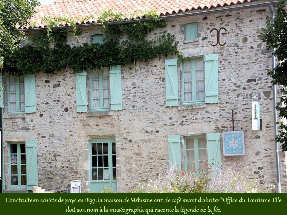 Vue, depuis la place du Bail, sur les toits des maisons accrochées aux remparts qui ceignaient le château-fort.
