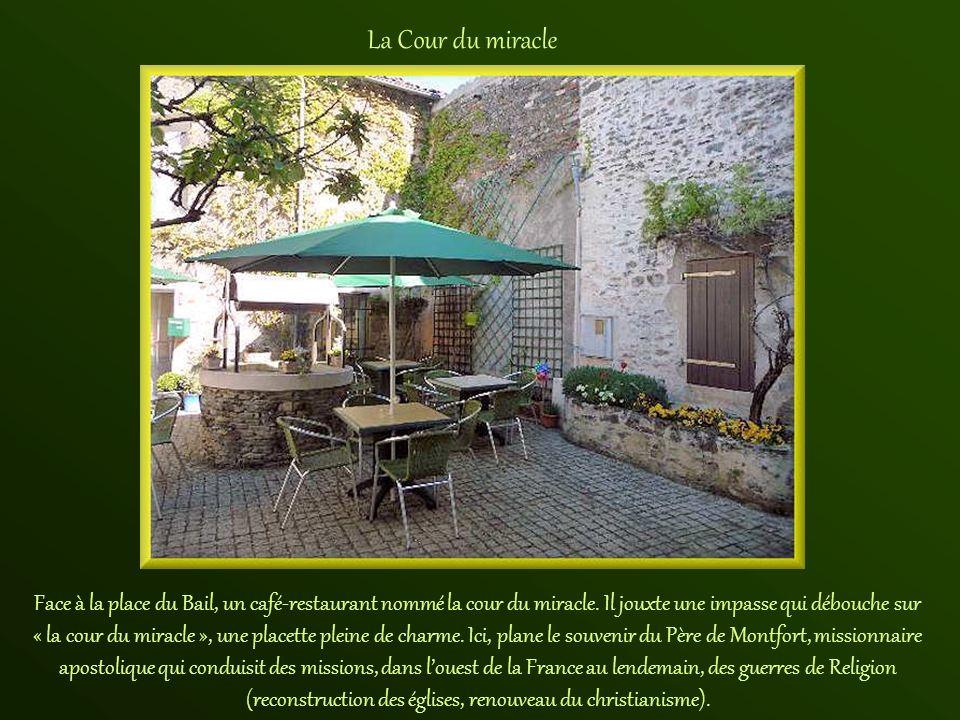 Construite en schiste de pays en 1837, la maison de Mélusine sert de café avant dabriter lOffice du Tourisme. Elle doit son nom à la muséographie qui