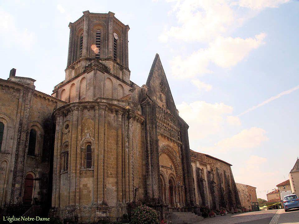 Vouvant, seul bourg fortifié de Vendée, a été édifié au début du XIe siècle. Guillaume le Grand, duc dAquitaine, a choisi ce site privilégié : un éper
