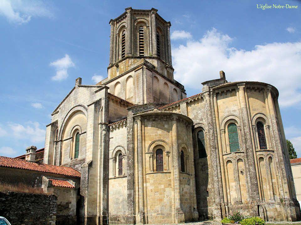 Commencée en 1028, léglise Notre-Dame ne sera achevée quà la fin du XIe siècle. Elle sera remaniée au XIIe pour répondre au goût du moment qui voyait