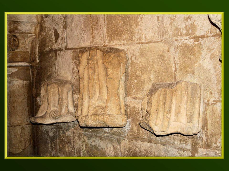 Des plaques, stèles et statues sont exposées dans la crypte.