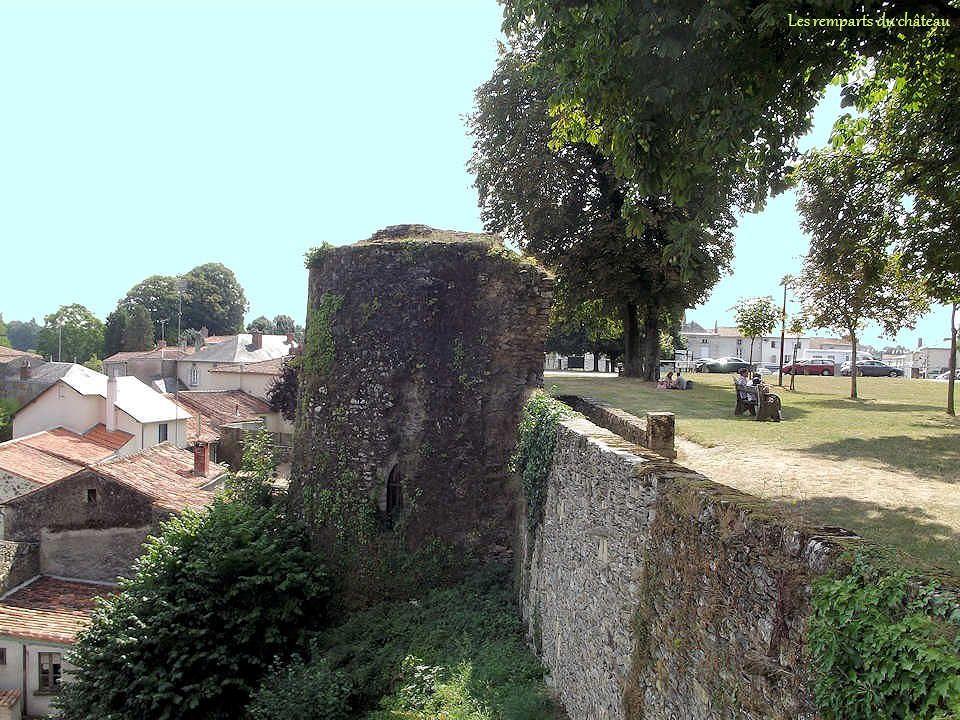 Cette place occupe aujourdhui lancienne cour du château, entièrement ceinte de remparts, ce qui en faisait une position stratégique idéale. De là, on