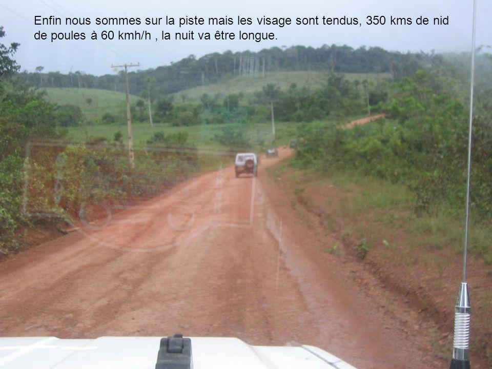 Enfin nous sommes sur la piste mais les visage sont tendus, 350 kms de nid de poules à 60 kmh/h, la nuit va être longue.