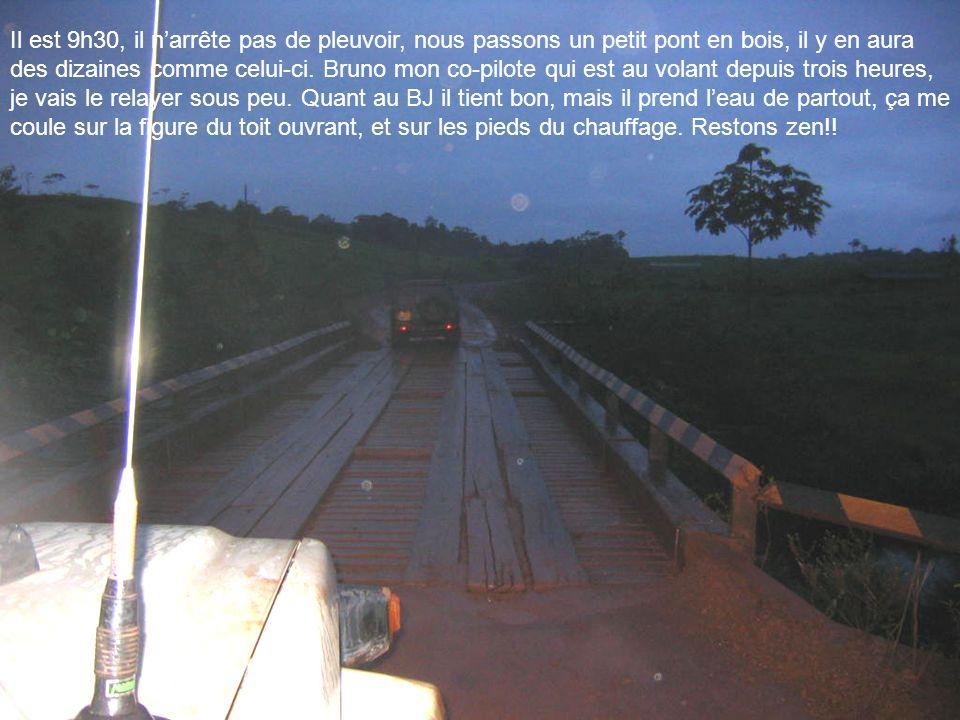 Il est 9h30, il narrête pas de pleuvoir, nous passons un petit pont en bois, il y en aura des dizaines comme celui-ci. Bruno mon co-pilote qui est au