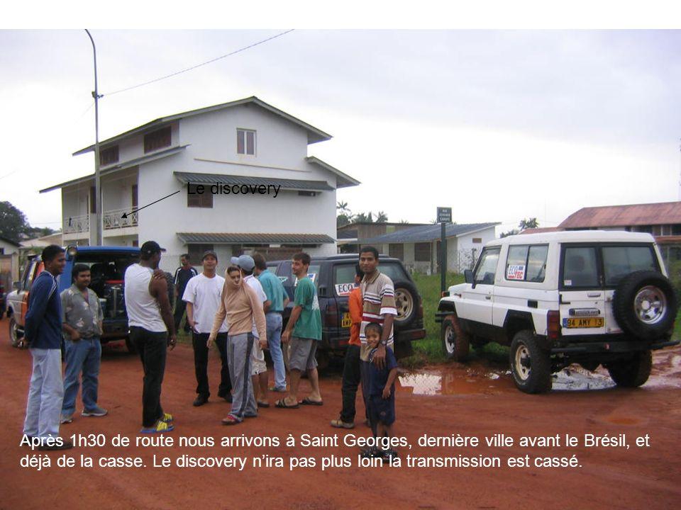Après 1h30 de route nous arrivons à Saint Georges, dernière ville avant le Brésil, et déjà de la casse. Le discovery nira pas plus loin la transmissio
