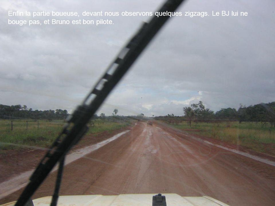 Enfin la partie boueuse, devant nous observons quelques zigzags. Le BJ lui ne bouge pas, et Bruno est bon pilote.